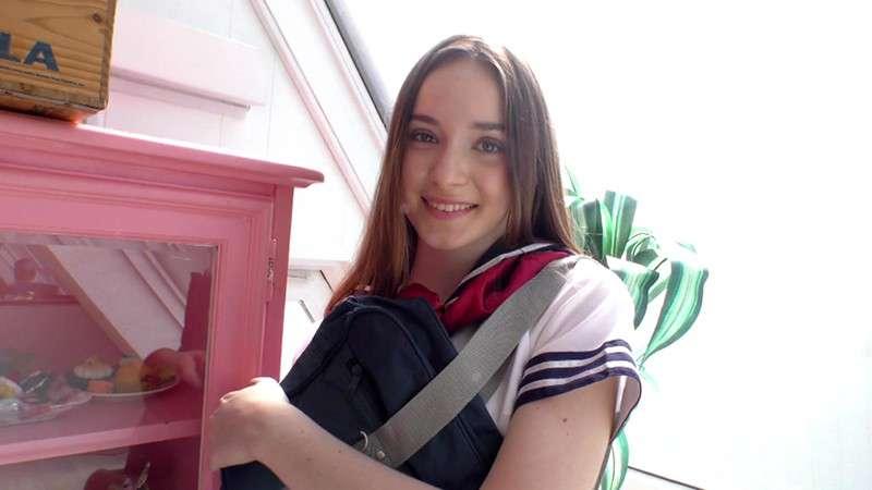 アリー・アディソン(Ali Addison)が女子高生姿で笑顔