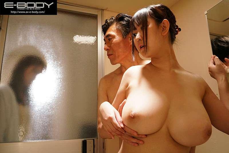 神坂朋子がお風呂場でおっぱいを揉まれている