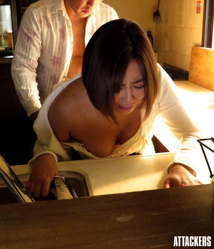 小松千春が着衣でバックから突かれている