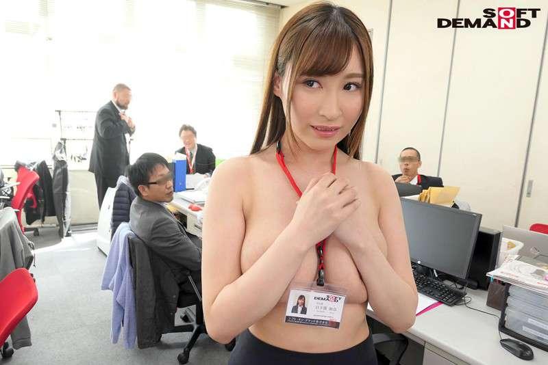 日下部加奈が上半身裸でオフィス