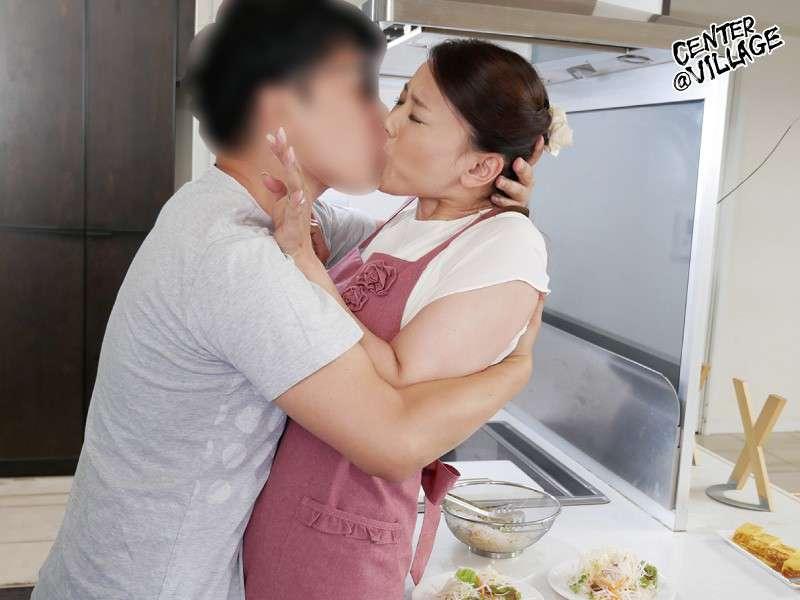 里崎愛佳がキッチンでベロキスしている