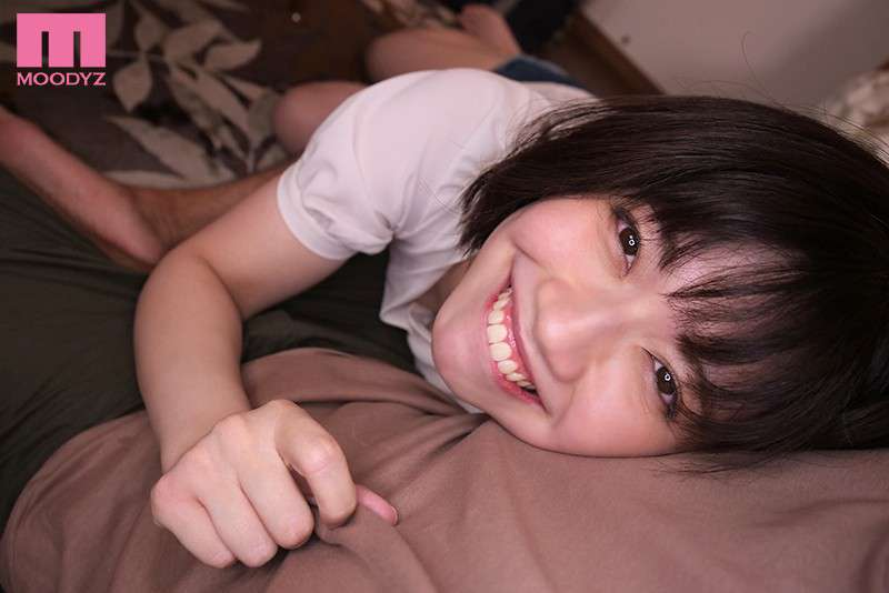 石原希望がベッドで寝そべって笑顔