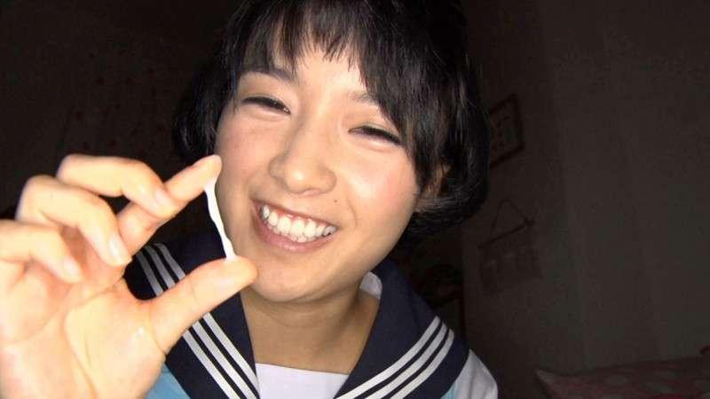向井藍がショートヘア制服で精子を触って笑顔