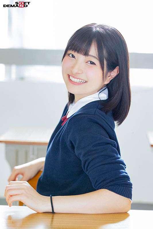 中条葵教室で制服を着て笑顔