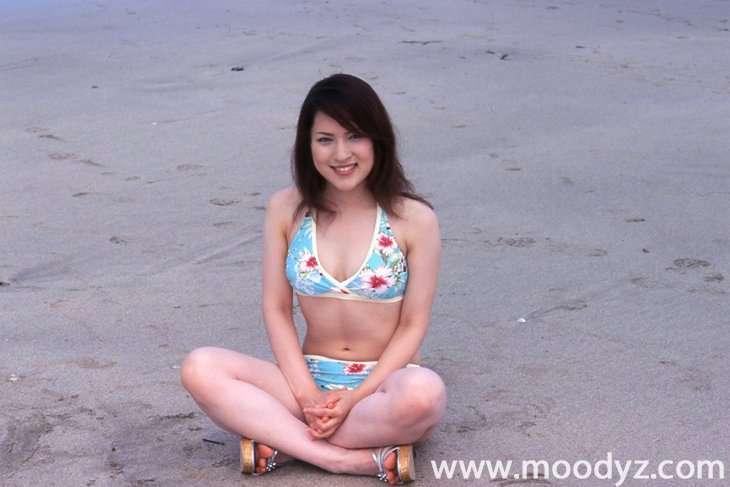 nanaが水着で座っている