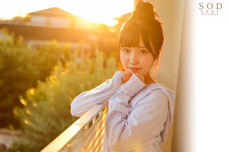 朝田ひまりが夕日に照らされている
